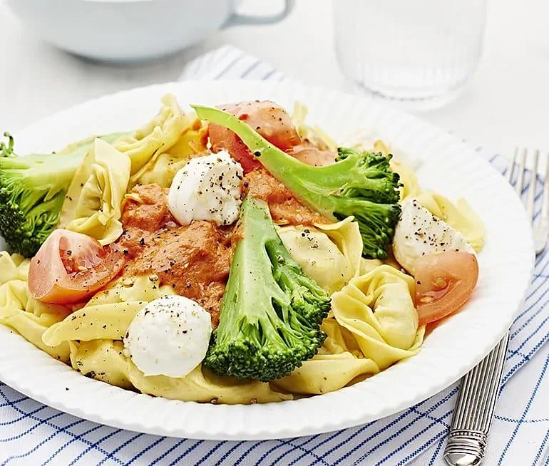 Tortelloni med tomatsås och mozzarella