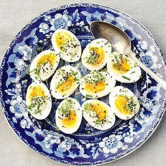 Mjukkokta ägg med sardellmajonnäs och blandade örter