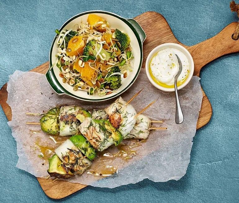 Torskrygg på spett med broccoli, avokado, och apelsin