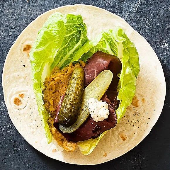 Rostbiffwrap med hummus och saltgurka