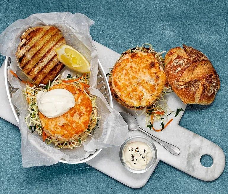Fiskburgare med kålsallad och vitlökscrème