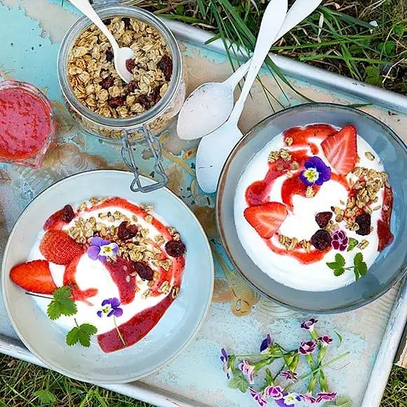 Turkisk yoghurt med jordgubbsrippel och granola