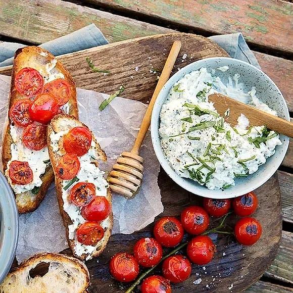 Surdegstoast med örtricotta och stekta tomater