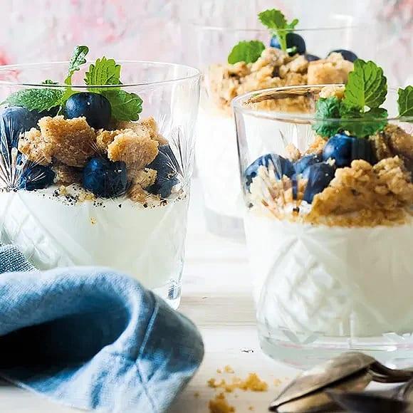Gräddfilsmousse med blåbär och smul