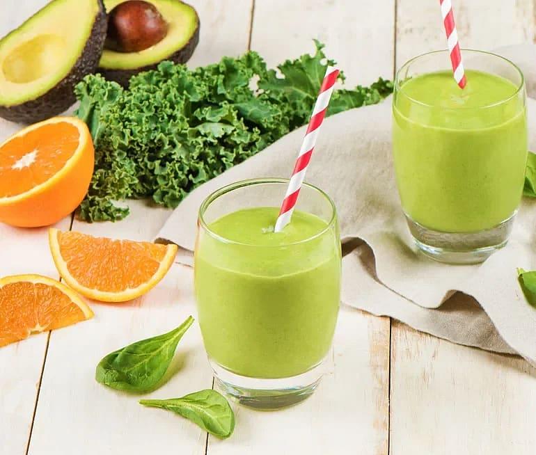 Grön smoothie med avokado och spenat