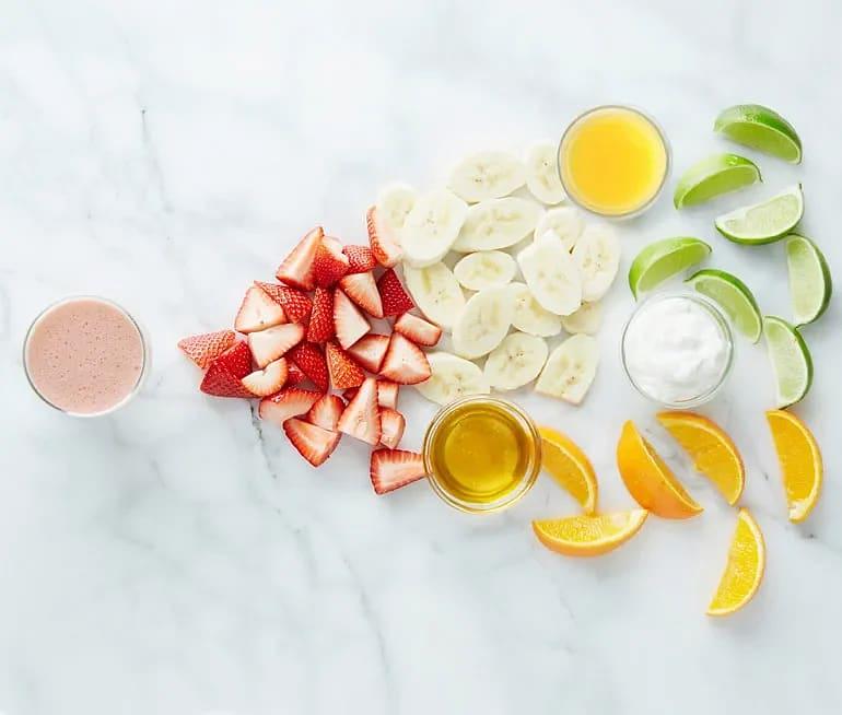 Frukostsmoothie med apelsin, jordgubbe och banan
