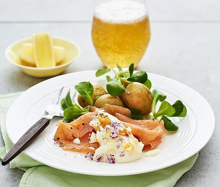 Gravad lax med kokt potatis och äggkräm