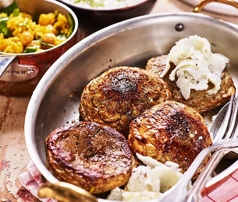 Rostade kronärtskocksbottnar med hyvlad halloumi och kryddris