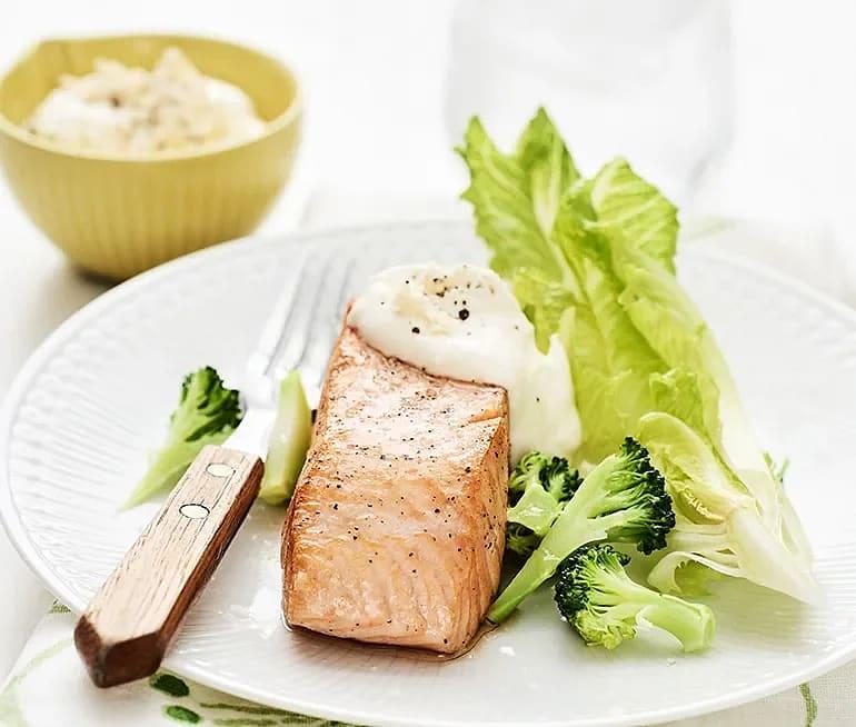 Stekt lax med pepparrotssås och broccoli