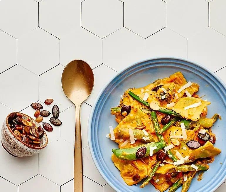 Ricotta- och spenatravioli i paprikasås med grönsaker