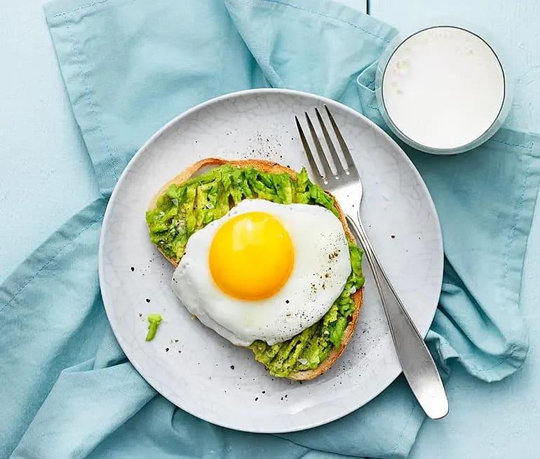 Avokadomacka med stekt ägg