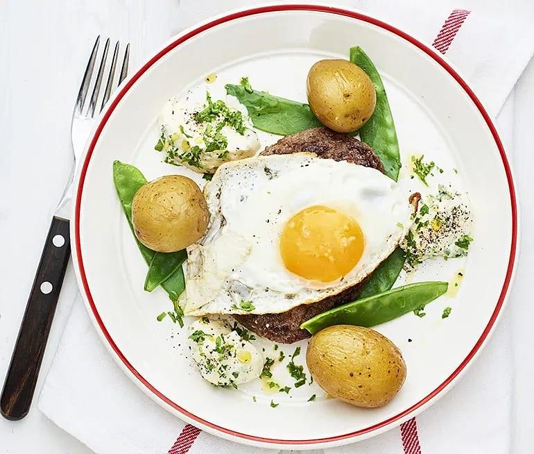 Parisare med ägg, senapskräm och kokt potatis