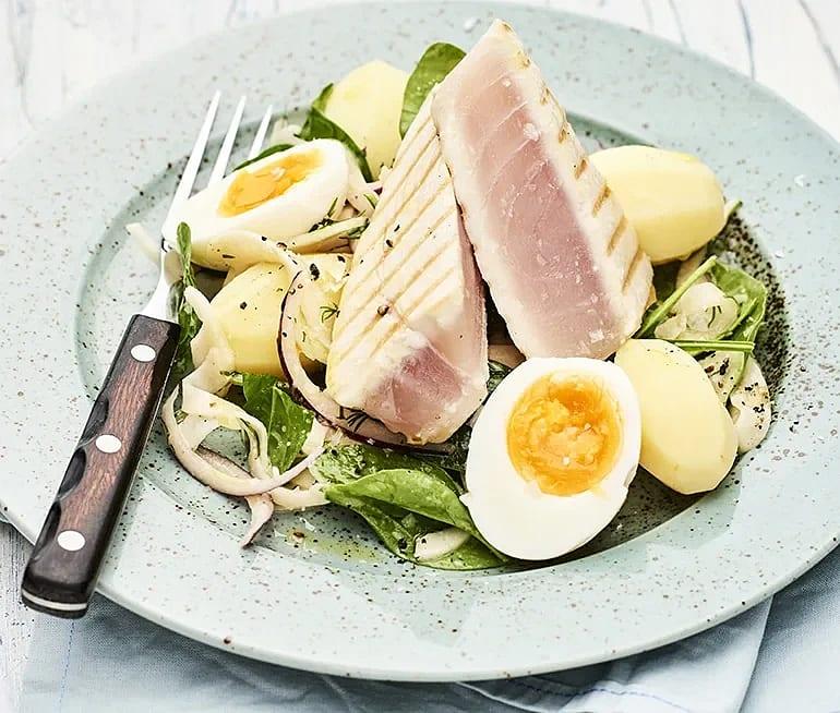 Halstrad tonfisk med ägg och citronmarinerad fänkål