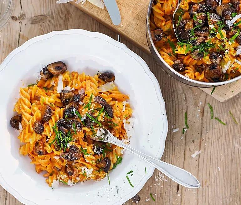 Pasta med krämig tomatsås och svamp