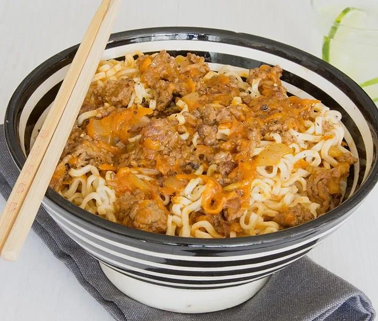 Asiatisk köttfärssås med nudlar