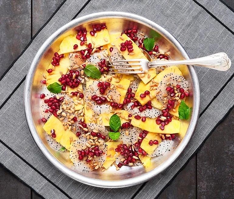 Drakfrukt och ananas med granatäpple och solroskärnor
