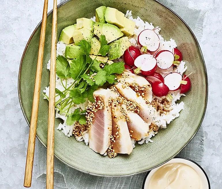 Poké bowl med marinerad tonfisk och sojamajonnäs