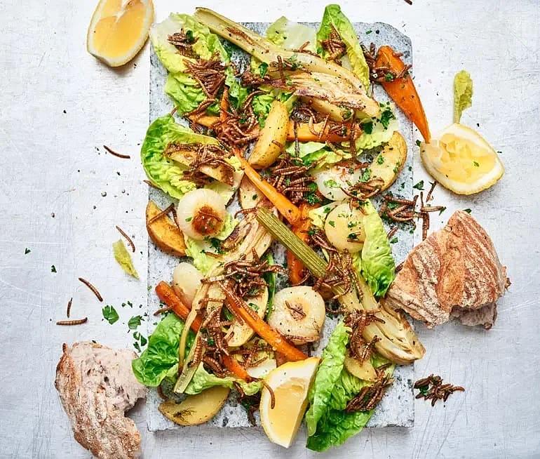 Insektssallad med chili och vitlök och rostade grönsaker