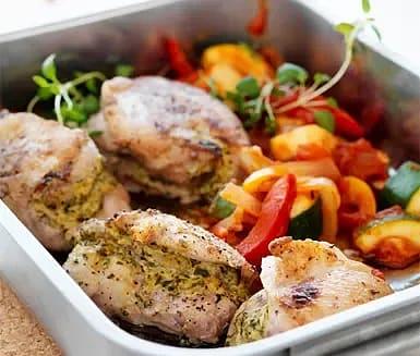 Ört- och senapsfylld kyckling med ratatouille