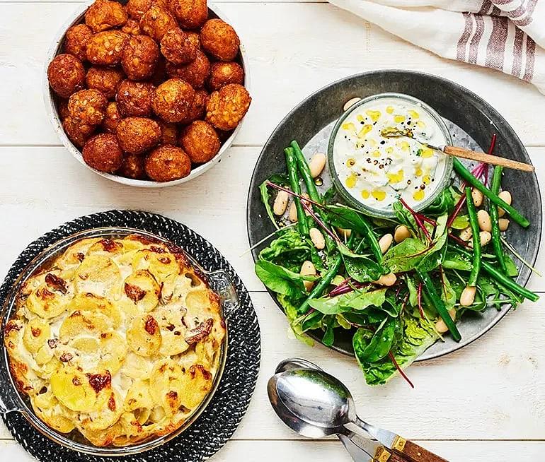 Morotsbullar med potatisgratäng och bönsallad