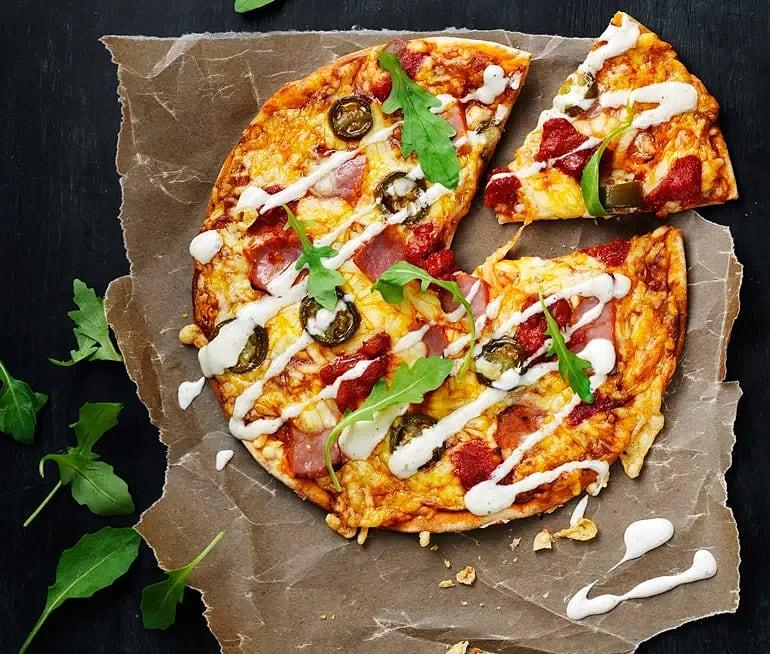 Pizza gjord på tortillabröd