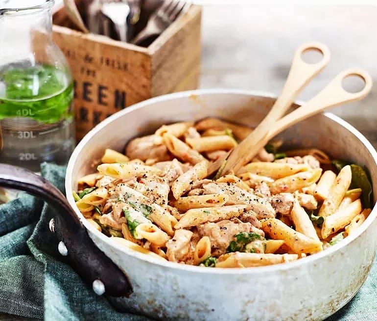 Kycklingpasta med krämig sås och grönsaker