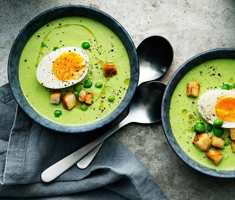 Grön ärtsoppa med krämigt ägg och krispiga krutonger