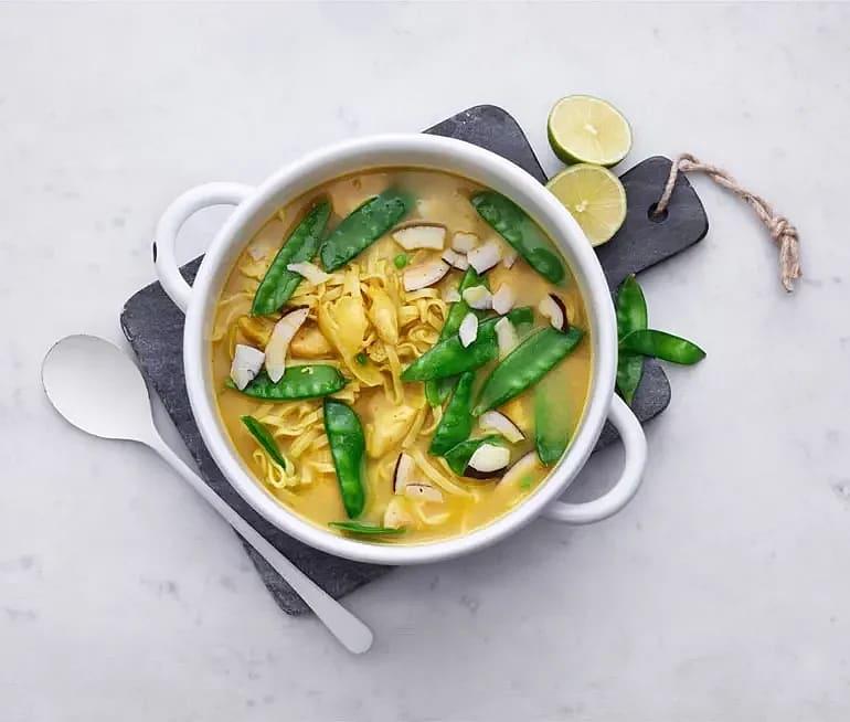 Kycklingfilé i currybuljong med sockerärter och nudlar