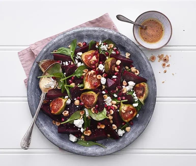 Spenatsallad med rödbetor, karamelliserade fikon och hasselnötter