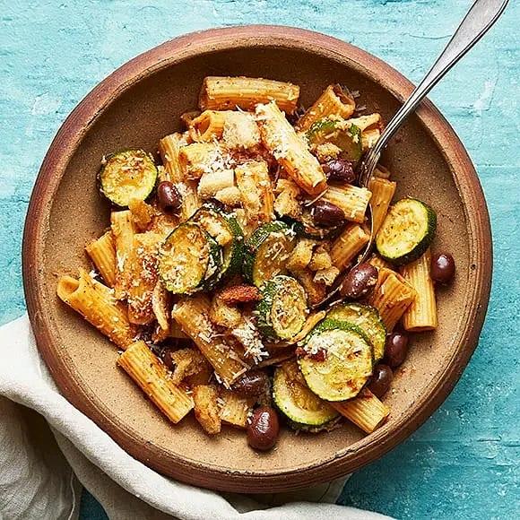Pasta med zucchini och soltorkad tomat