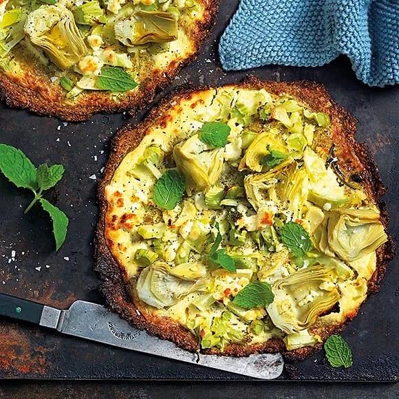 Broccolipizza med kronärtskocka, feta och mynta