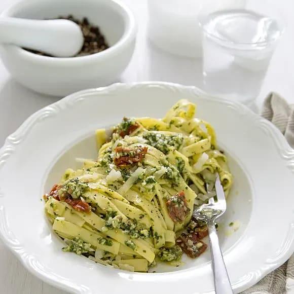 Pasta med pesto och marinerade soltorkade tomater
