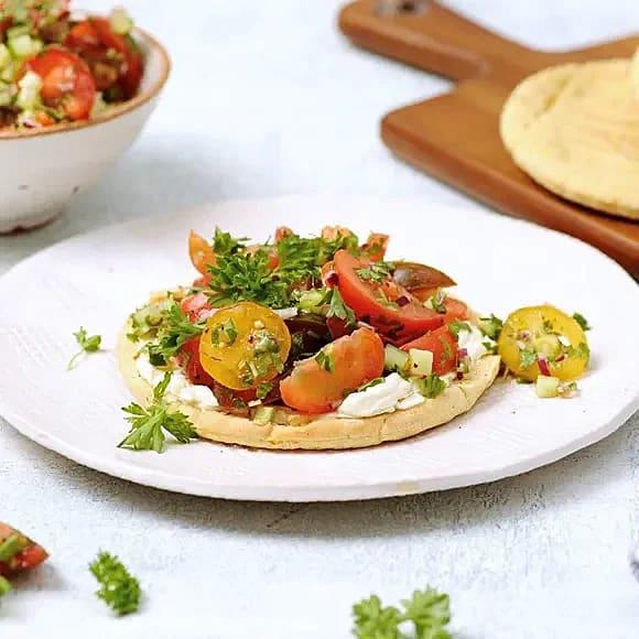 Pitabröd med tomatsallad