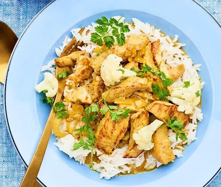 Curry med kokosmjölk och blomkålssallad