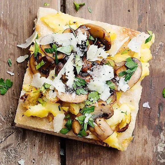Potatispizza med pecorino och svamp