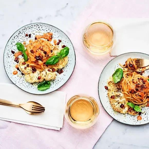 Tomat och basilikaspaghetti med råstekt blomkål och chorizosmul