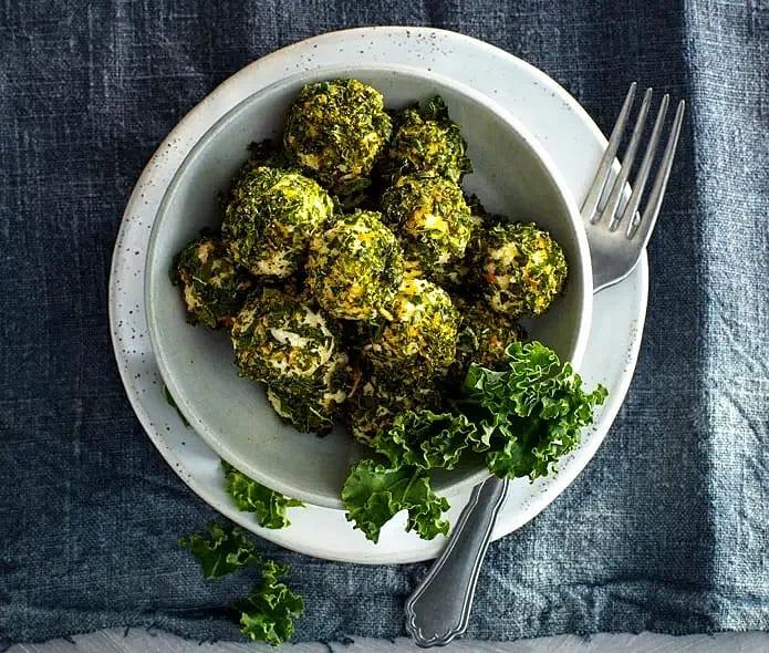 Ostbollar med grönkål