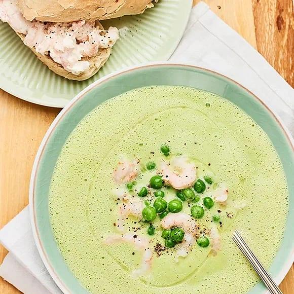 Soppa på gröna ärtor med räkbaguette