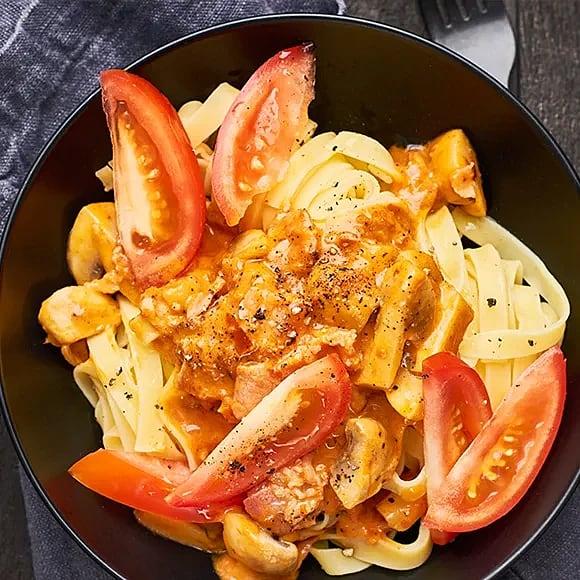 Krämig pasta med paprika och kotlettbacon