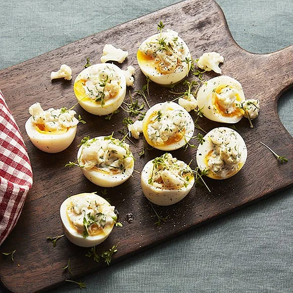 Ägghalva med picklad blomkål och dillmajonnäs