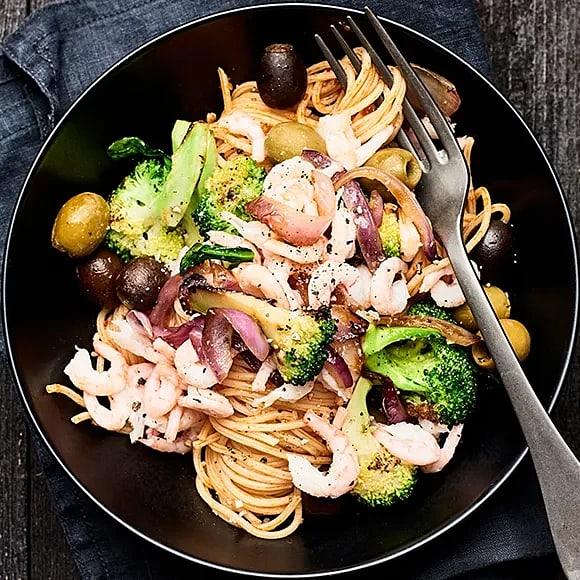 Pasta arrabbiata med räkor och broccoli