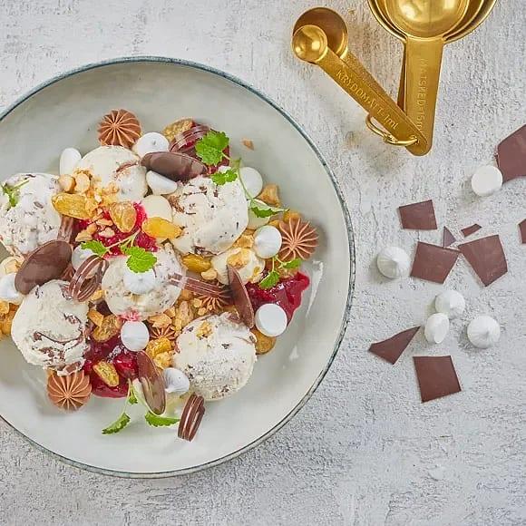 Marängsviss med körsbärskompott, punschrussin och rostade mandlar