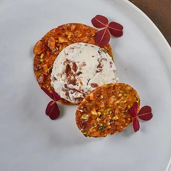 Mandel- och chokladglass med pistage- och mandelflarn