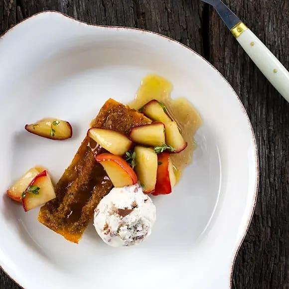"""Mandel- och chokladglass med """"cinnamon bun pudding"""" och stekta äpplen"""
