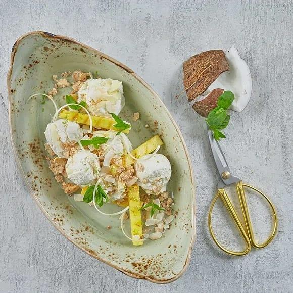 Rom-marinerad grillad ananas och rostad vit choklad med kokos