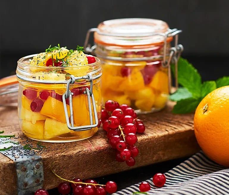 Fruktsallad i gult med mynta och vallmo