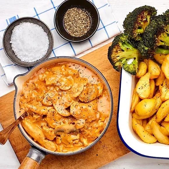 Kycklinggryta med tomat, champinjoner och rostad broccoli