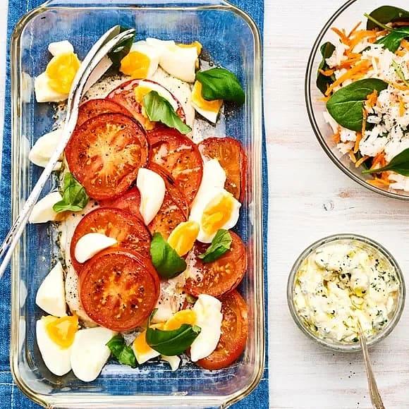 Tomatbakad torsk med spenatris, basilikasås och hackat ägg