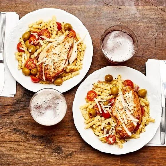 Gemelli med kyckling, tomater, pesto och oliver