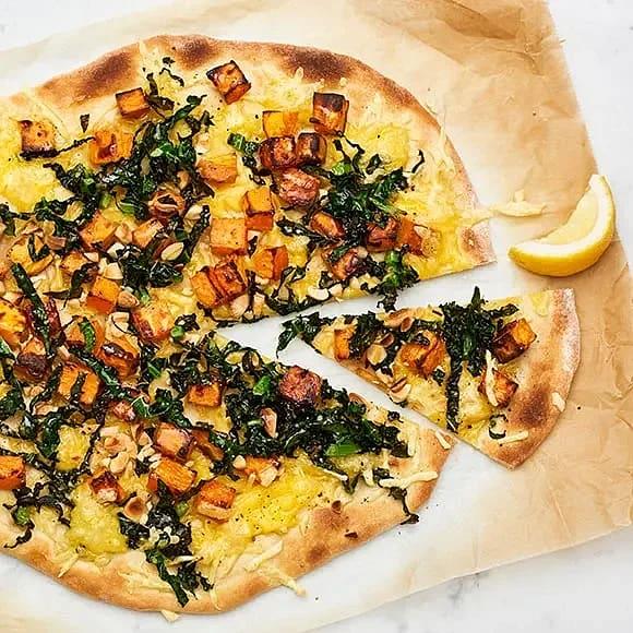 Vegansk pizza med sötpotatis, mandel och svartkål